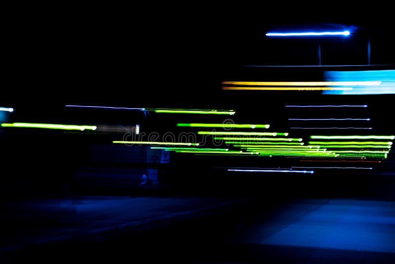 Fondo delle luci della città di notte, esposizione lunga sottragga la priorit? bassa immagine stock