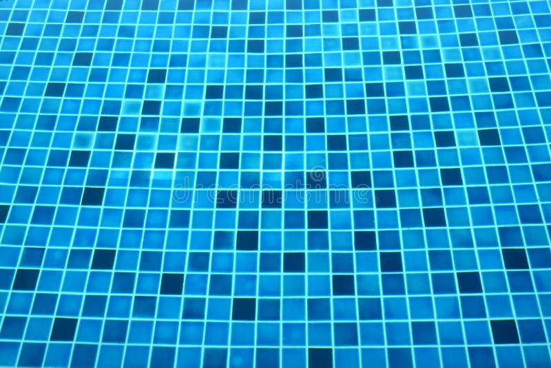 Fondo delle mattonelle blu sotto il chiaro stagno fotografia stock