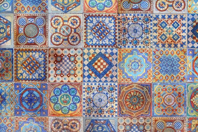 Fondo delle mattonelle variopinte ornamentali ceramiche sulla facciata di costruzione a Mosca immagini stock
