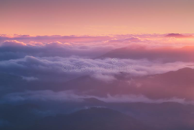 Fondo delle montagne nebbiose odistant fotografia stock