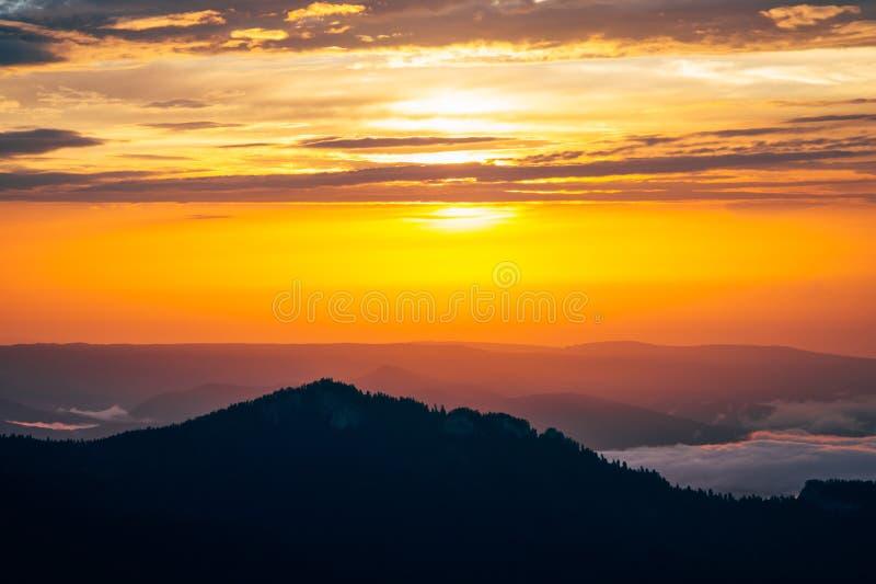 Fondo delle nuvole del cielo e delle montagne di tramonto fotografia stock