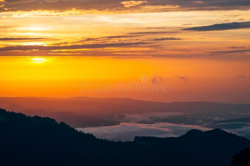 Fondo delle nuvole del cielo e delle montagne di tramonto fotografia stock libera da diritti