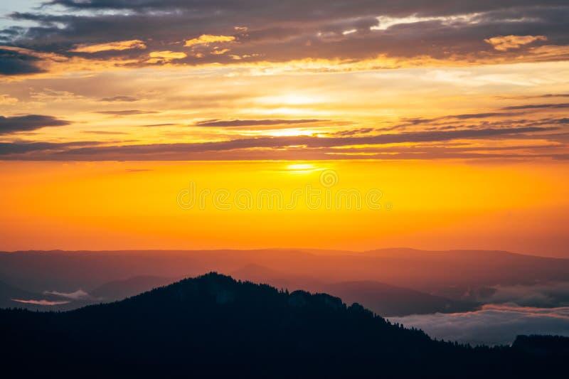 Fondo delle nuvole del cielo e delle montagne di tramonto immagini stock libere da diritti