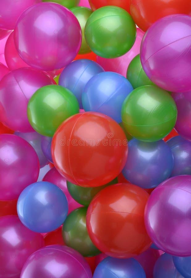 Fondo delle palle di plastica brillantemente colorate immagine stock