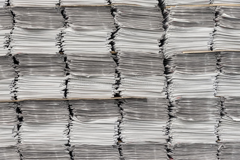 Fondo delle pile di giornale fotografia stock