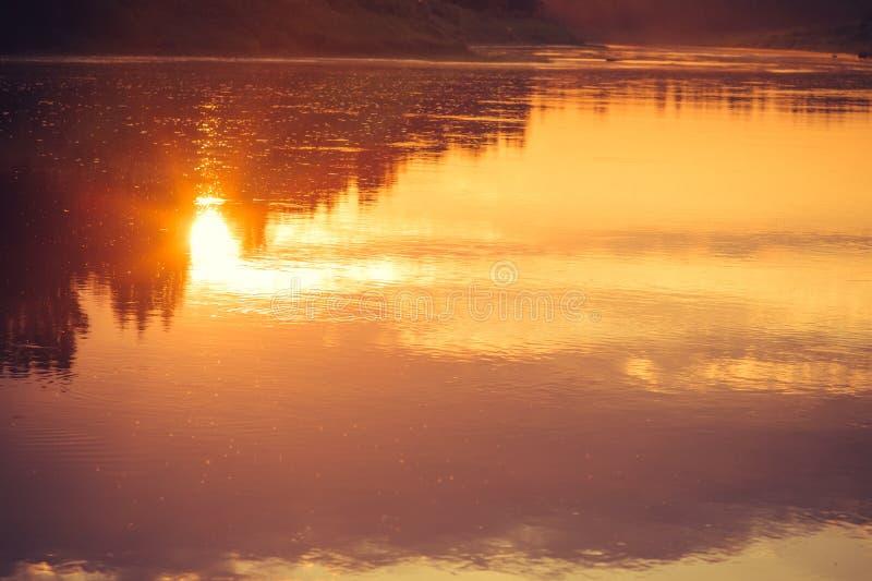 Fondo delle riflessioni del cielo e del fiume di tramonto fotografie stock