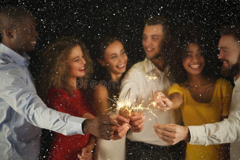 Fondo delle stelle filante Giovani al partito di celebrazione fotografia stock libera da diritti