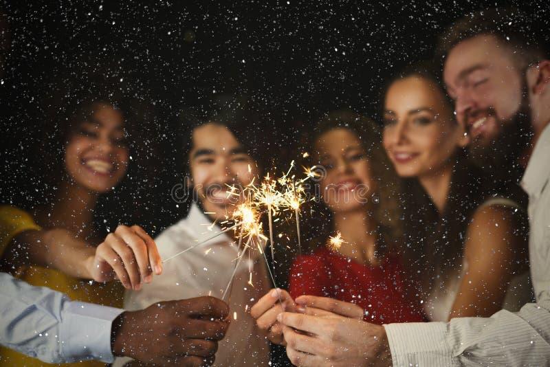Fondo delle stelle filante Giovani al partito di celebrazione immagine stock libera da diritti