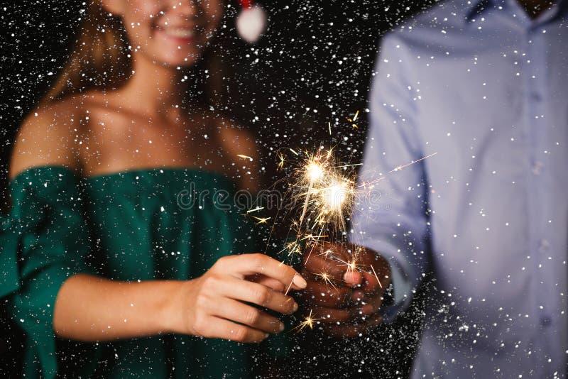 Fondo delle stelle filante Il colpo potato dei giovani alla celebrazione fa festa fotografia stock libera da diritti