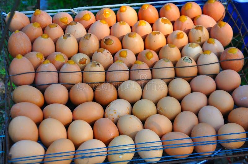 Fondo delle uova fresche da vendere ad un mercato fotografie stock
