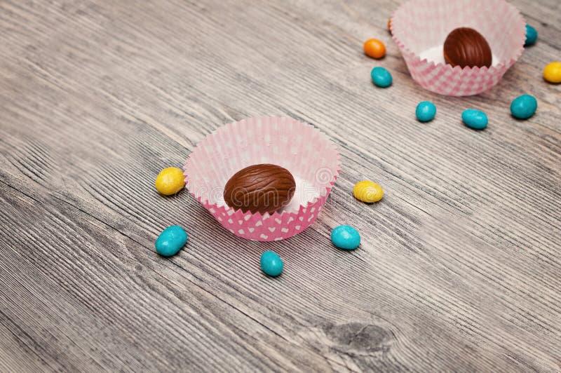 Fondo delle uova Il fondo felice dell'iscrizione di Pasqua con lustro dorato realistico ha decorato le uova, i coriandoli, spruzz fotografie stock libere da diritti