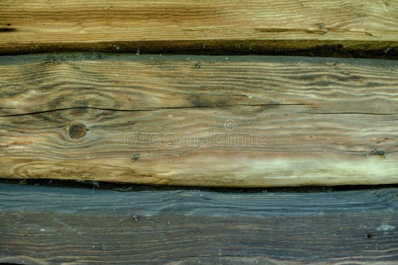 Fondo descolorado de madera gris de los registros con las grietas foto de archivo libre de regalías