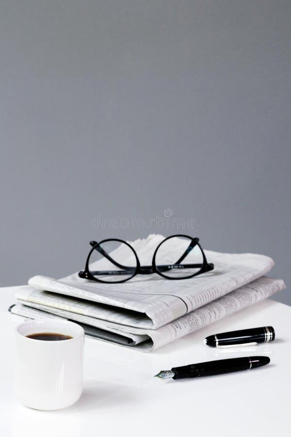 fondo di affari della rottura del giornale del caffè con la penna e vetri finanziari immagini stock libere da diritti