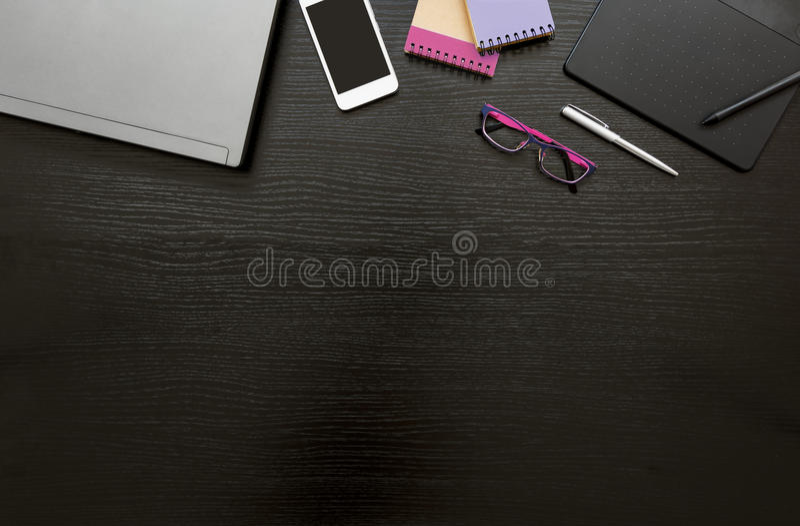 Fondo di affari della scrivania con il computer portatile, smartphone, blocchi note, compressa digitale e penna, occhiali di prot fotografia stock libera da diritti