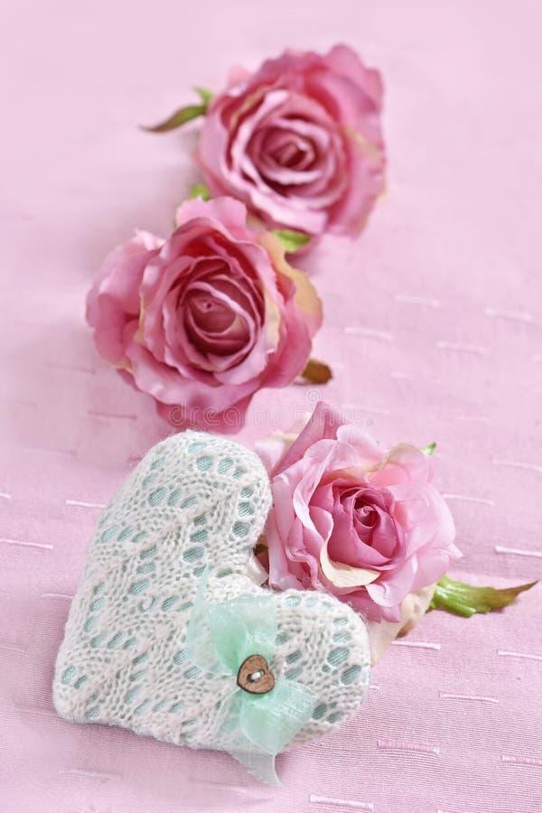 Fondo di amore con cuore e le rose tricottati fotografia stock libera da diritti