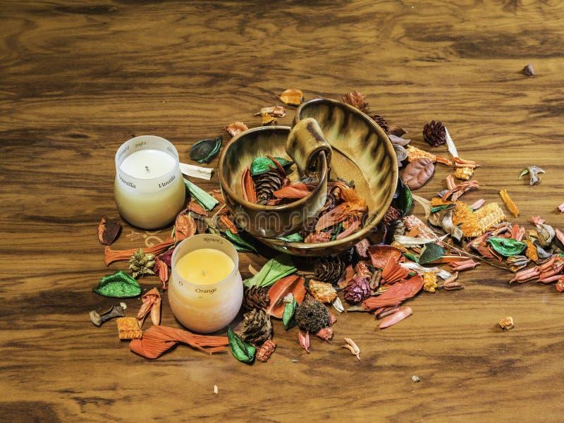Fondo di aromaterapia con i fiori secchi e le candele fragranti fotografie stock