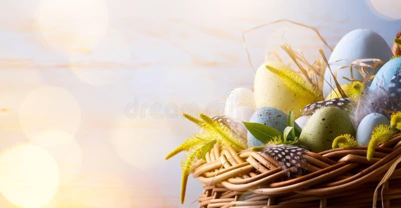 Fondo di Art Easter con le uova di Pasqua nel canestro immagine stock