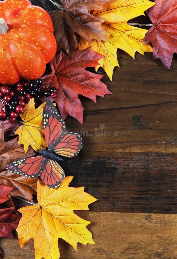 Fondo di Autumn Fall - verticale con lo spazio della copia fotografia stock libera da diritti