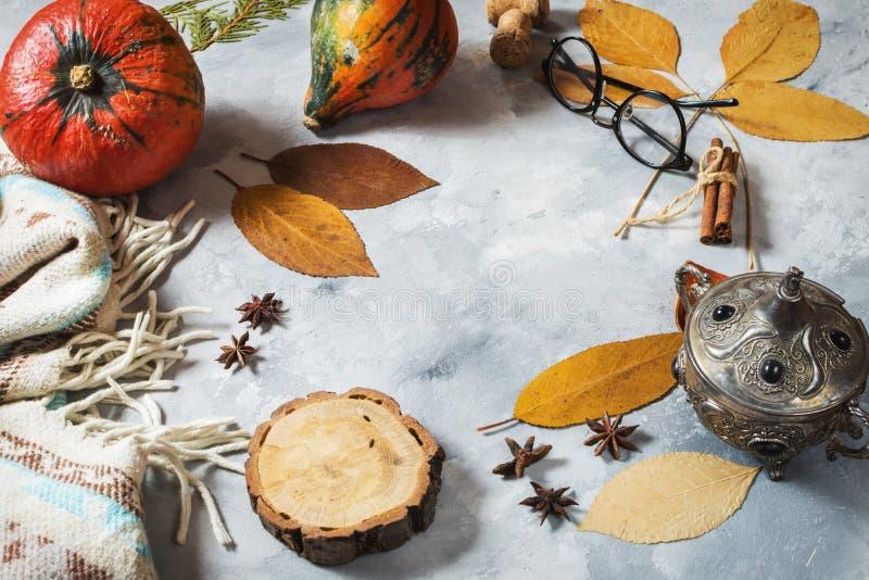 Fondo di autunno con le foglie di acero e le zucche gialle Pagina del raccolto di caduta con lo spazio della copia Modello per st fotografie stock libere da diritti