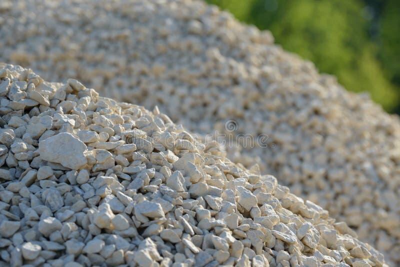 Fondo di Breakstone Ghiaia della strada Struttura della ghiaia Ghiaia schiacciata Mucchi delle rocce del calcare Pietre della rot fotografia stock libera da diritti