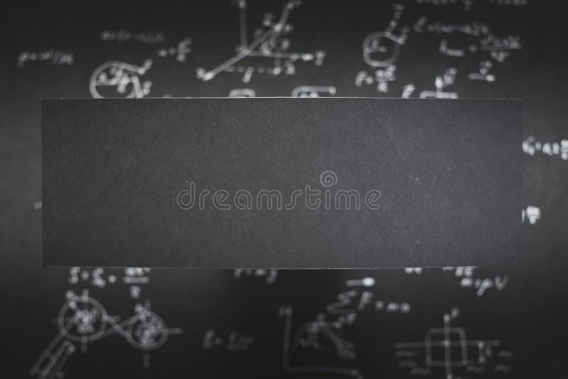 Fondo di carta nero in bianco della sfuocatura di equazione di scienza fotografie stock