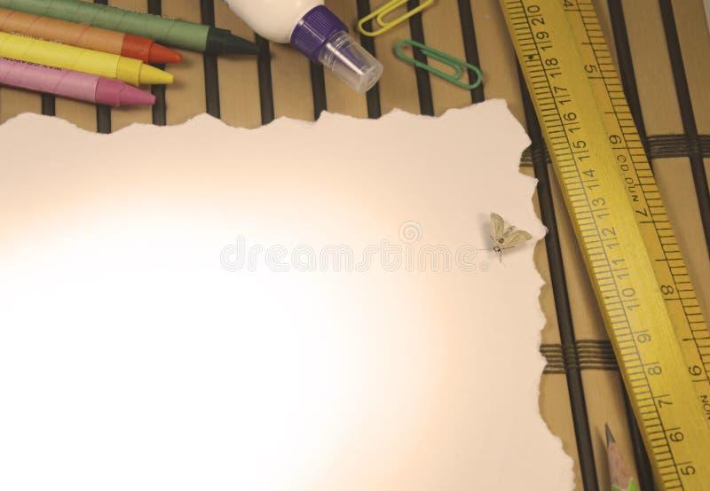 Fondo di carta strappato con l'insetto immagini stock