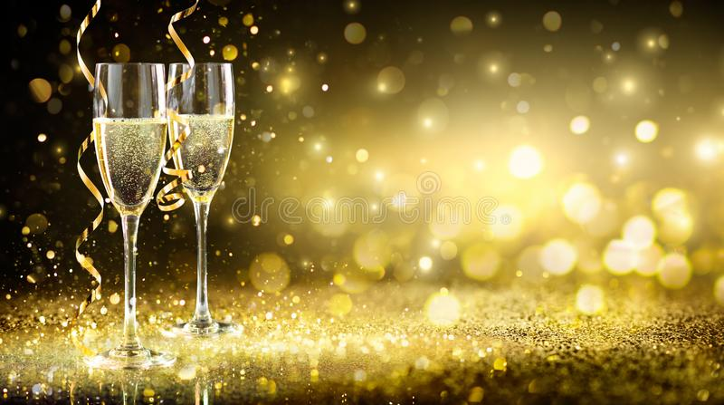 Fondo di Champagne Flutes In Golden Sparkle fotografia stock