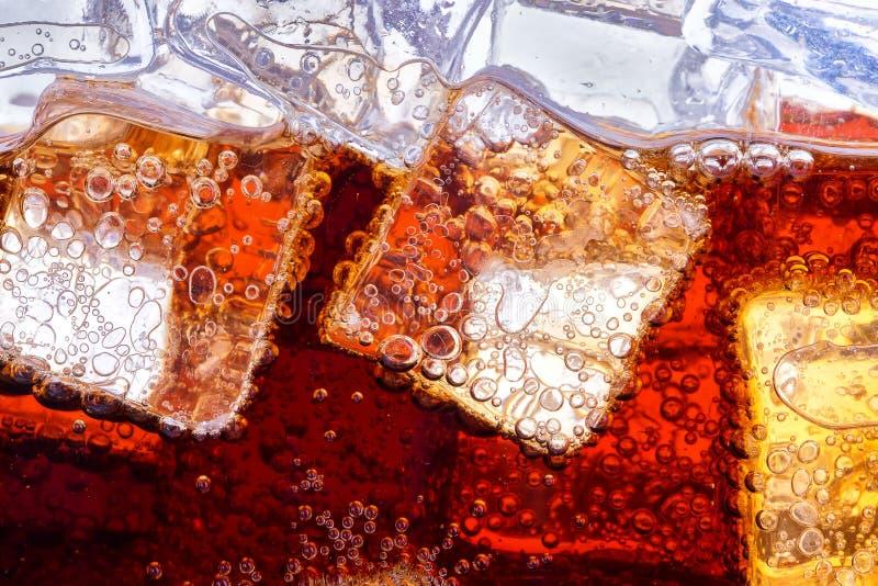 Fondo di cola con ghiaccio immagini stock libere da diritti