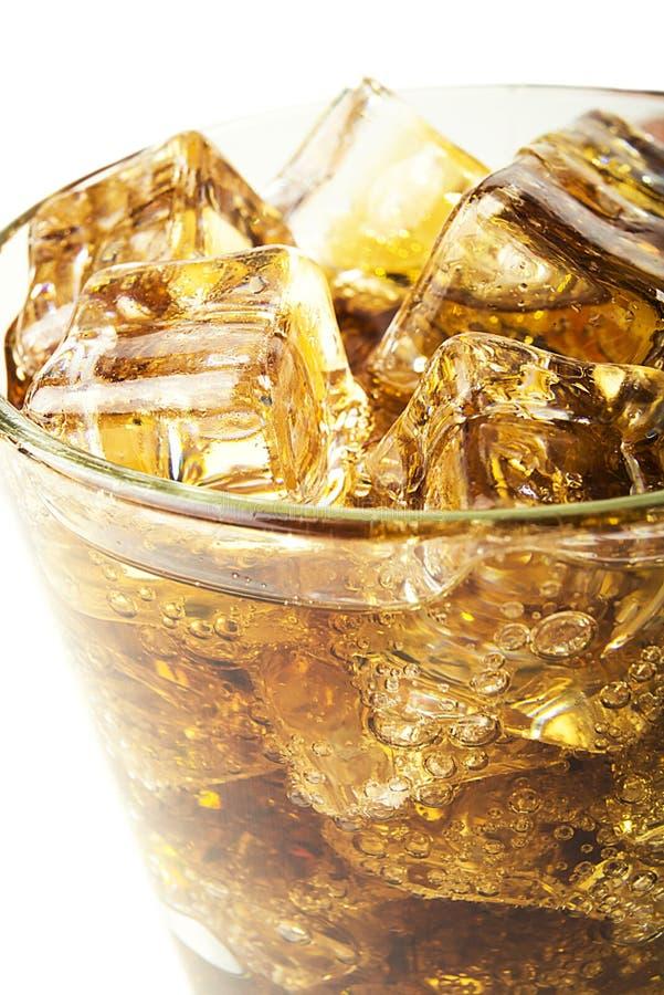 Fondo di cola con ghiaccio e le bolle fotografia stock