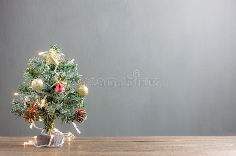 Fondo di concetto del buon anno & di Buon Natale Chiuda sul bello albero di Natale con la decorazione & sull'ornamento su rustico fotografia stock libera da diritti