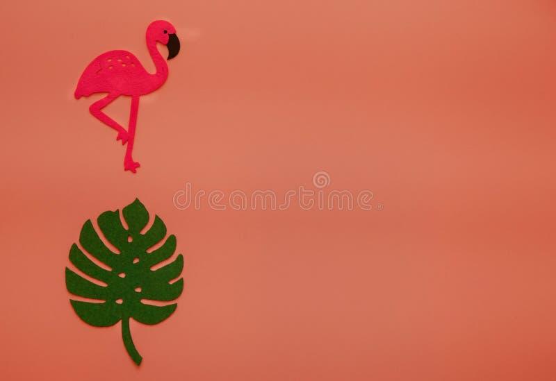Fondo di corallo di estate di tendenza con il fenicottero e le foglie di palma Un colore di 2019 immagini stock libere da diritti