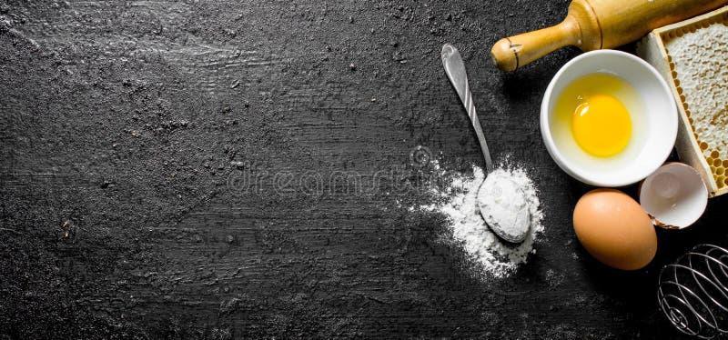 Fondo di cottura Cucchiaio con farina e l'uovo fotografia stock