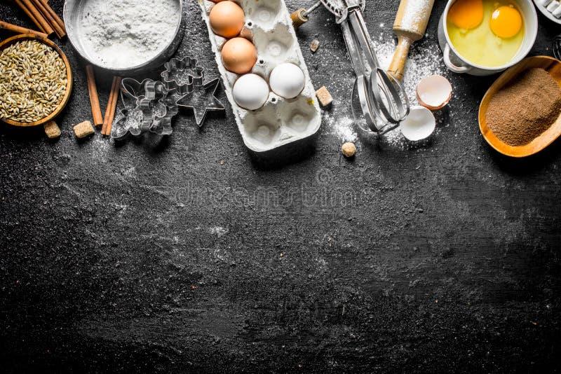 Fondo di cottura Farina con cacao, le uova e le forme bollenti della pasta fotografia stock libera da diritti