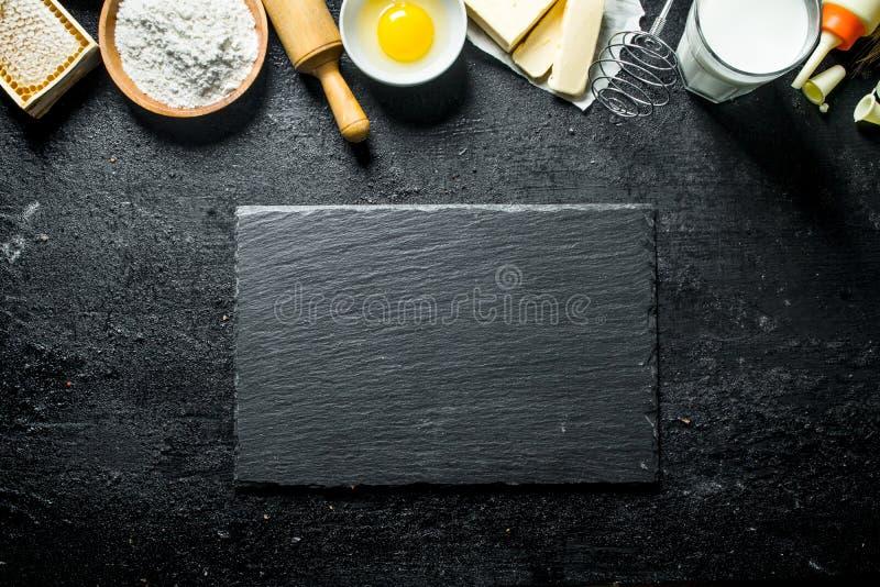 Fondo di cottura Farina con l'uovo, il burro, il miele ed il latte fotografia stock