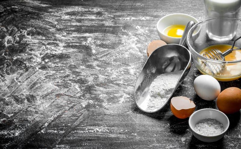 Fondo di cottura Farina con le uova ed il latte fotografie stock libere da diritti