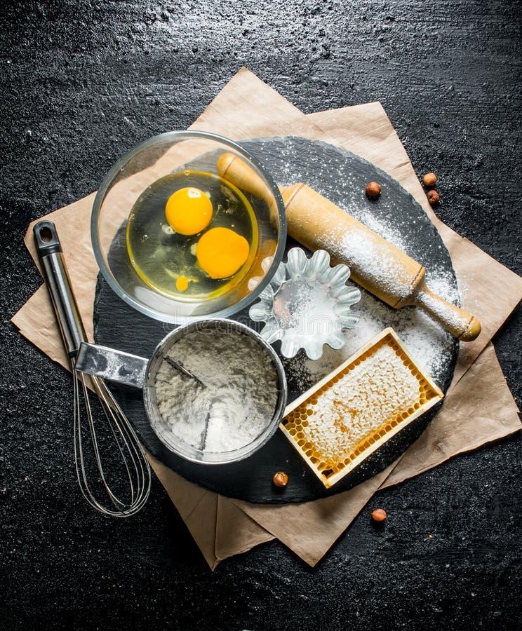 Fondo di cottura Farina con le uova ed il miele fotografie stock libere da diritti