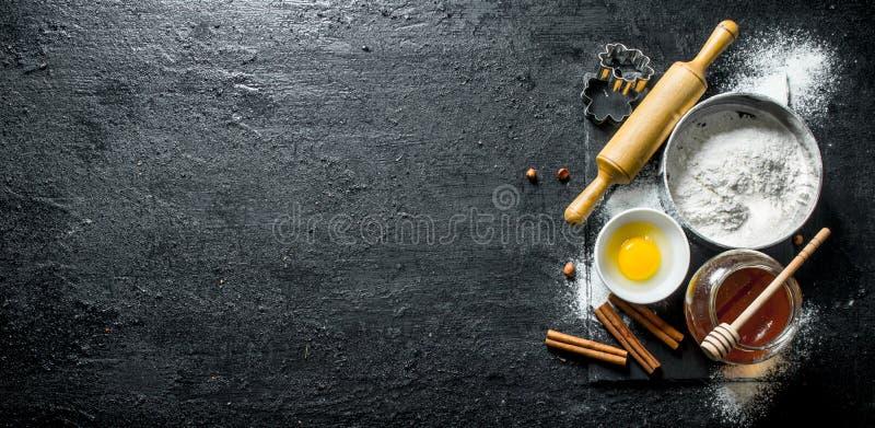 Fondo di cottura Farina con miele, cannella e l'uovo immagine stock