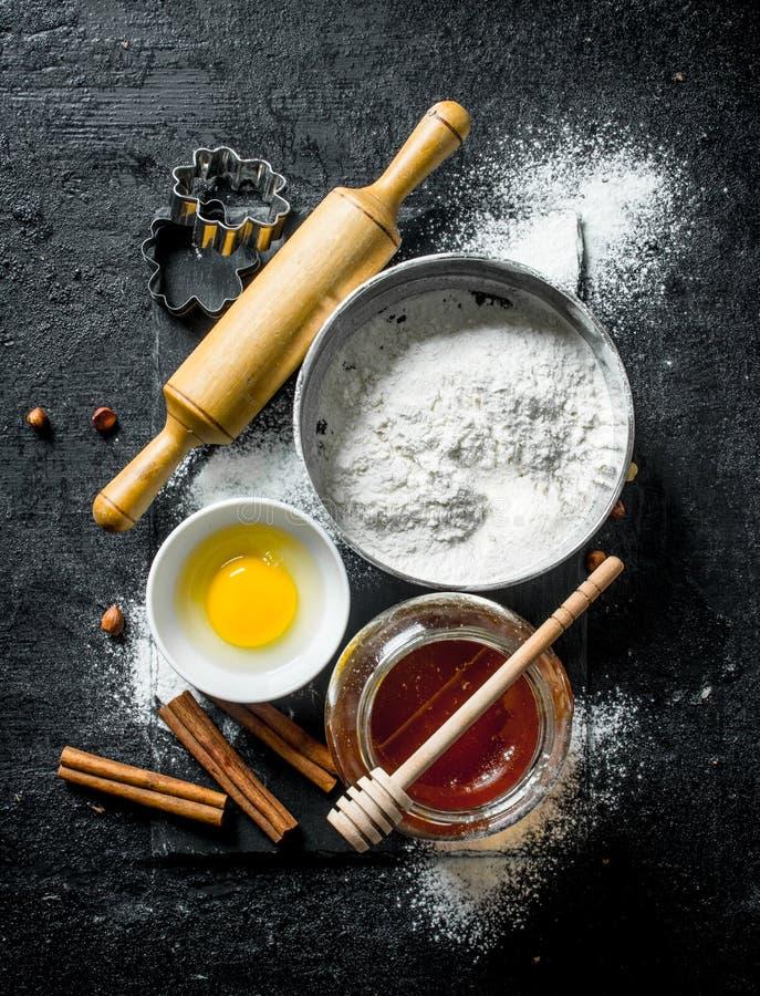 Fondo di cottura Farina con miele, cannella e l'uovo fotografia stock