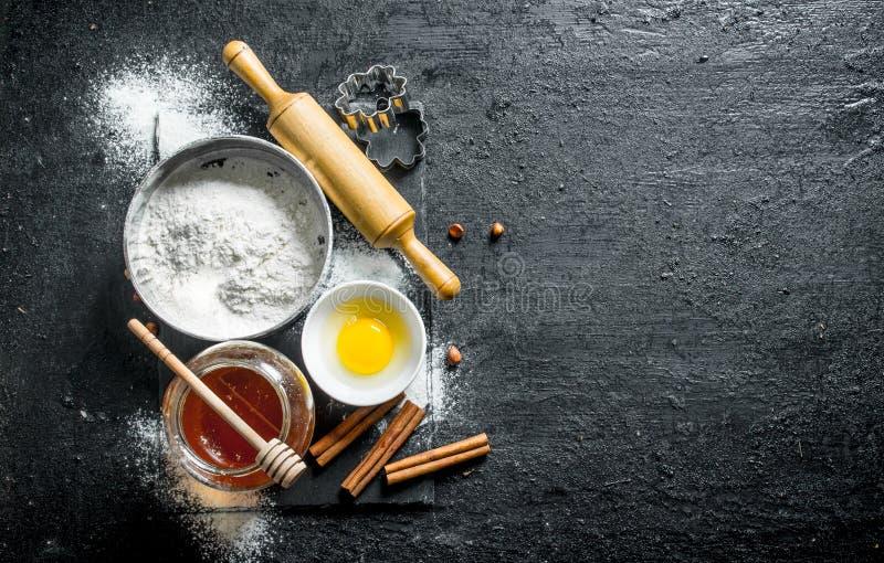 Fondo di cottura Farina con miele, cannella e l'uovo fotografie stock
