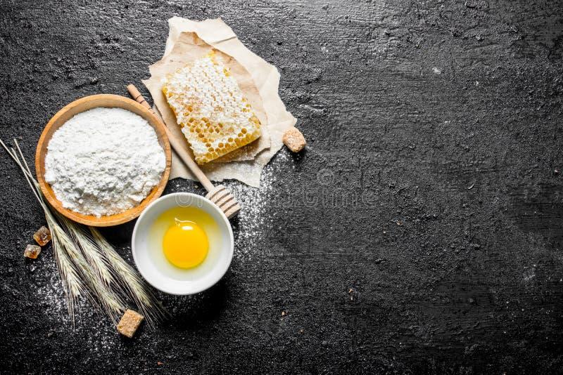 Fondo di cottura Farina con miele e l'uovo in ciotola fotografia stock libera da diritti