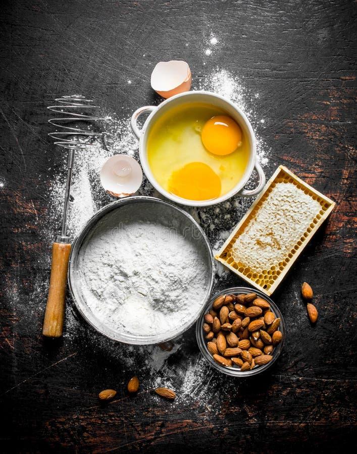 Fondo di cottura Farina con miele, i dadi e le uova immagine stock libera da diritti