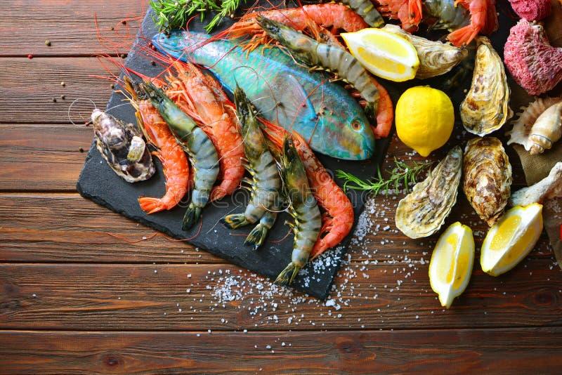 Fondo di cucina del mar Mediterraneo con i gamberetti della tigre e reali, ostriche, pesce immagini stock libere da diritti