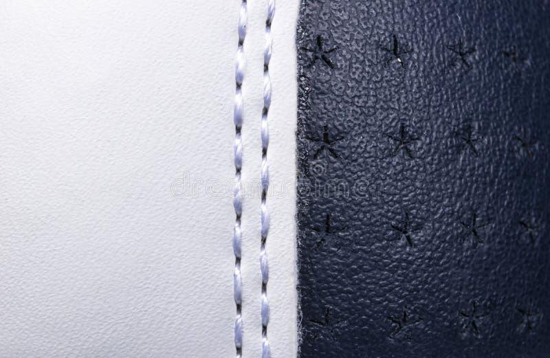 Fondo di cuoio perforato blu e bianco di struttura Cuoio bianco e blu con la fine di cucitura su Macro colpo di cuoio brillante fotografia stock