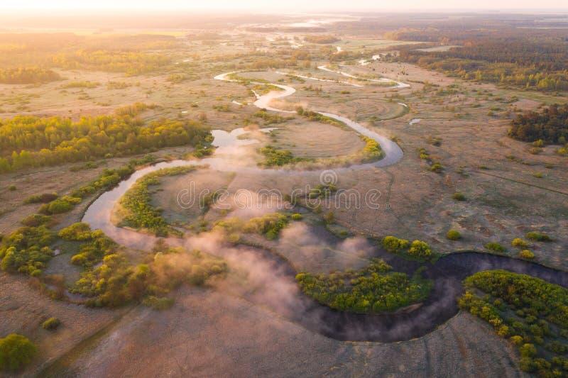 Fondo di estate ad alba Fondo aereo della natura Vista nebbiosa del fiume da sopra Paesaggio luminoso di mattina fotografia stock