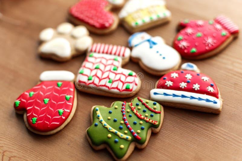 Fondo di festa del nuovo anno di Natale, biscotti del pan di zenzero del colorfull e coni sulla tavola di legno Copi lo spazio Co fotografia stock libera da diritti