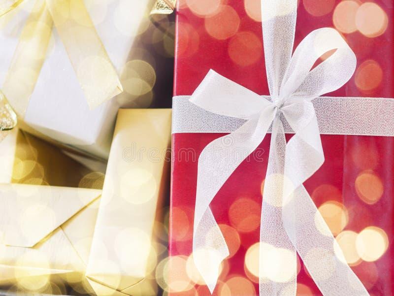 Fondo di festa della decorazione dell'ornamento di Natale del contenitore di regalo immagini stock