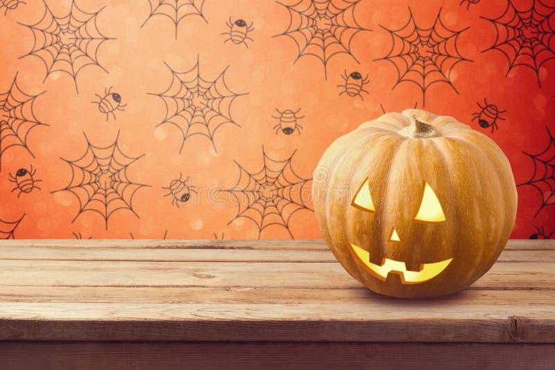 Fondo di festa di Halloween con la zucca sulla tavola di legno immagini stock libere da diritti