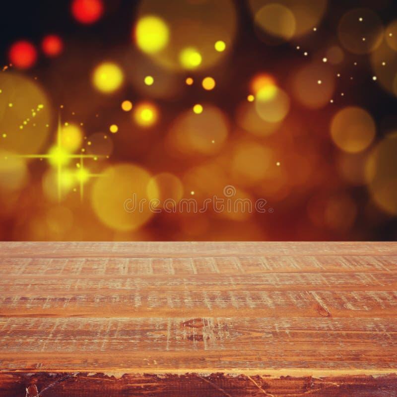Fondo di festa di Natale con la tavola di legno vuota per il montaggio dell'esposizione fotografia stock libera da diritti