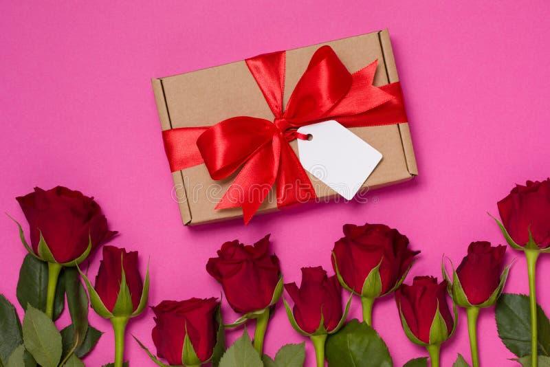 Fondo di giorno di biglietti di S. Valentino, rose rosse rosa senza cuciture del fondo, etichetta dell'arco del nastro del regalo fotografia stock libera da diritti
