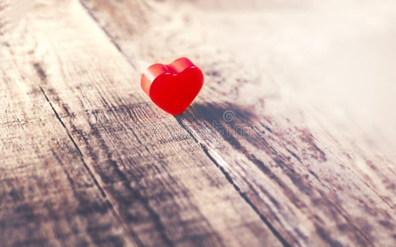 Fondo di giorno di biglietti di S. Valentino con cuore rosso sui vecchi wi del bordo di legno immagini stock libere da diritti
